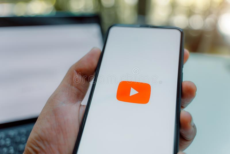 清迈,泰国- 5月 26,2019:拿着与社会媒介象的人小米Mi混合3在屏幕上的 r 免版税库存照片