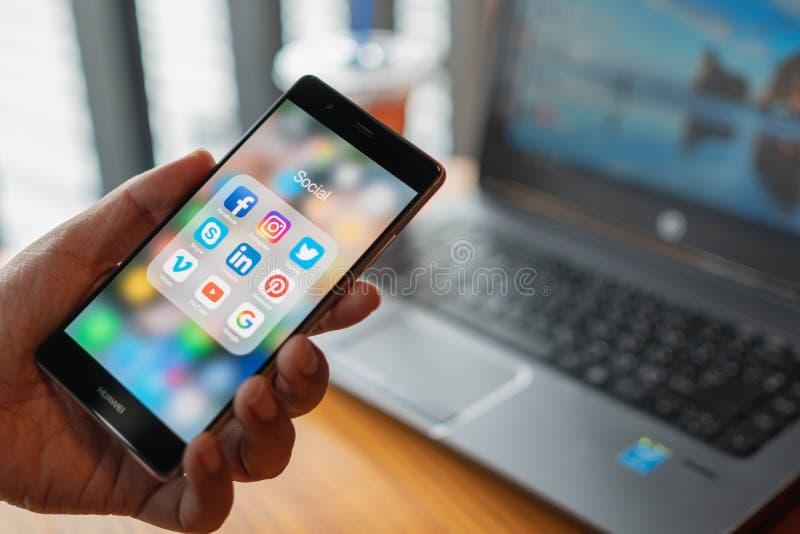 清迈,泰国- 7月13,2018 :拿着有ico的人华为 免版税图库摄影