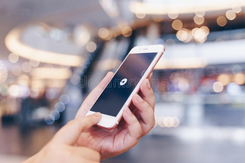 清迈,泰国- 5月 10,2019:拿着苹果计算机与尤伯应用程序的妇女iPhone 6S罗斯金子 尤伯是智能手机应用程序运输 库存照片