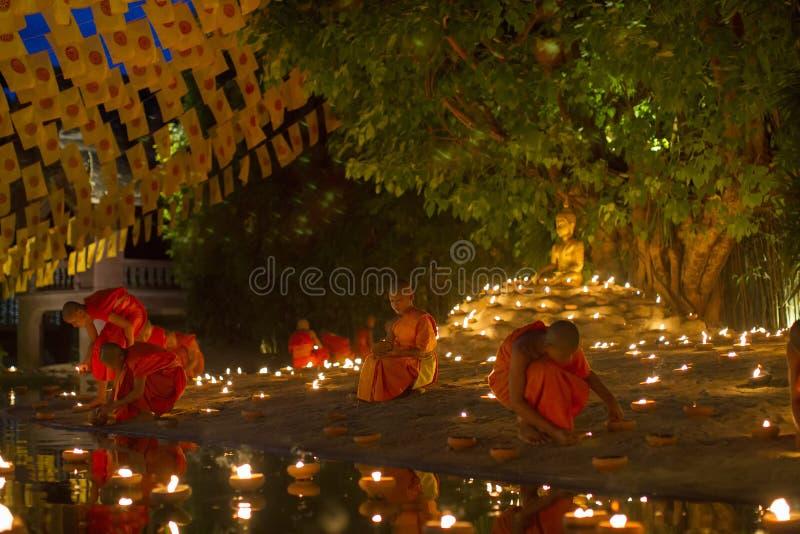 清迈,泰国- 5月20 :泰国和尚思考与 免版税库存照片