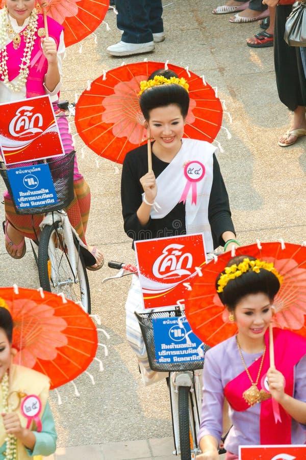 清迈,泰国- 4月13 :Undentified美丽与游行的传统上加工好的妇女在4月13日的Songkran节日, 库存照片