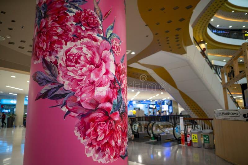 清迈/泰国- 2019年3月12日:桃红色牡丹五颜六色的图画在具体岗位的在中央节日百货店 免版税库存照片