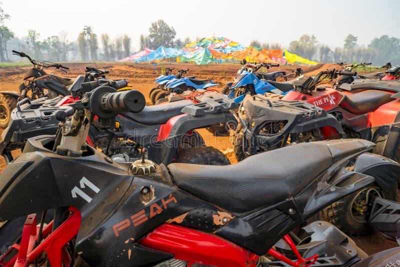 清迈/泰国- 2019年3月14日:ATV停放在赛跑以后的方形字体自行车很多完成了 免版税库存照片
