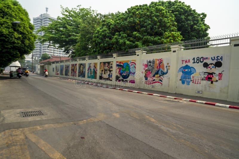 清迈/泰国- 2019年3月12日:U的黄色墙壁 S 有小学生图画的使馆为庆祝 库存图片