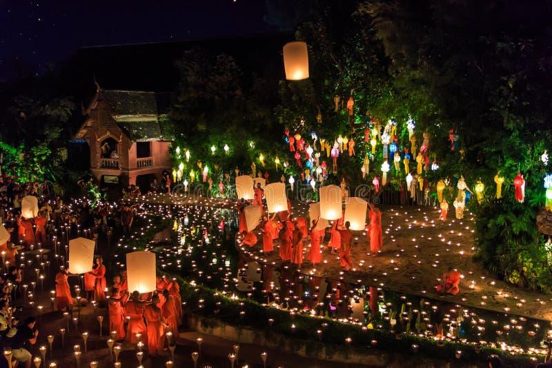 清迈THAILAND-NOVEMBER 17 :在Wat平底锅陶的Loy Krathong节日 免版税库存图片