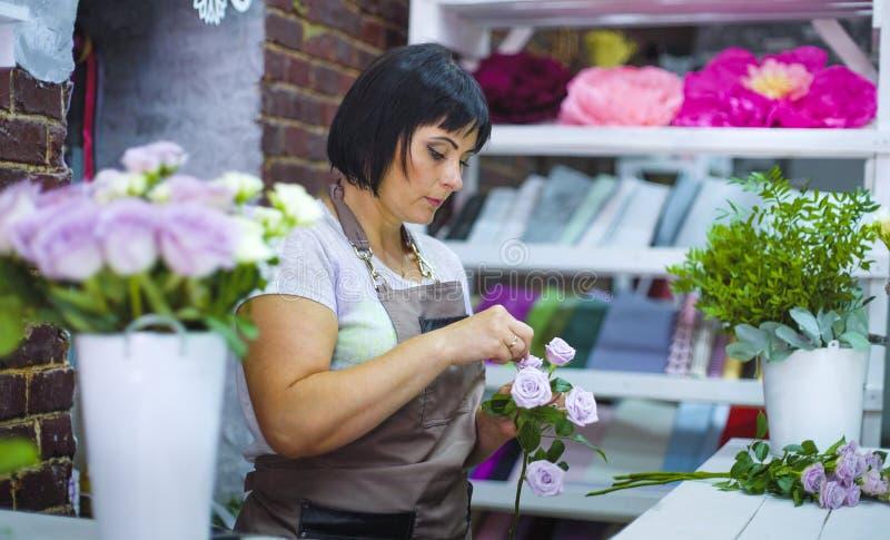 清除和检查白色从干燥瓣的专业卖花人玫瑰分支 免版税库存图片