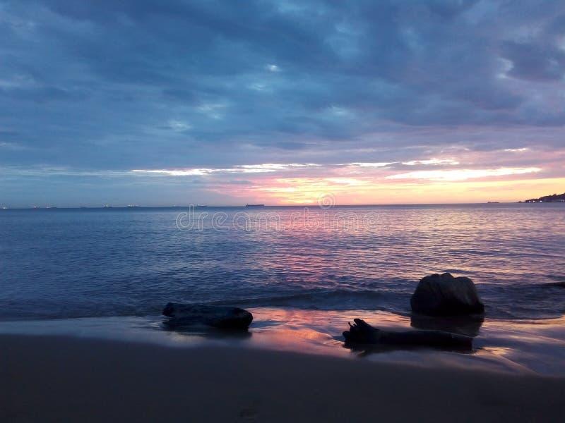 清除天空一个美丽的海滩 库存照片