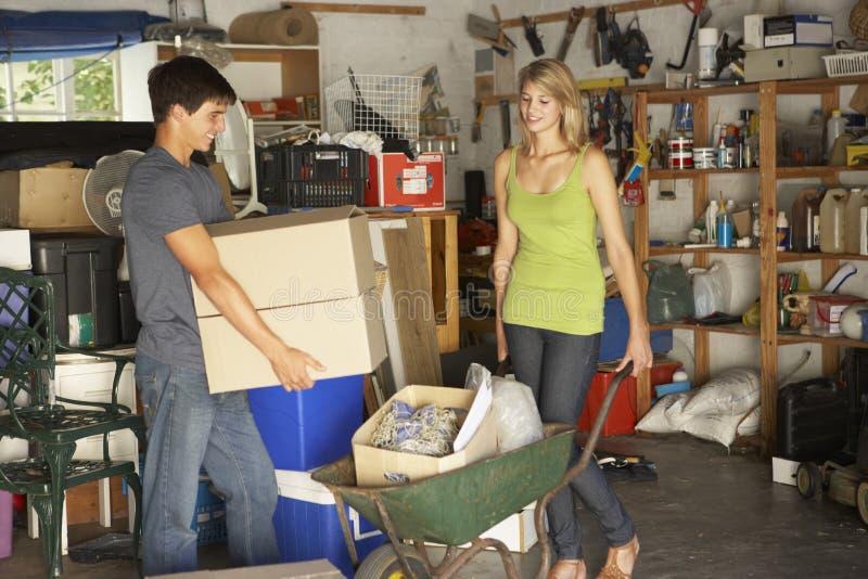 清除庭院旧货出售的两个少年车库 免版税图库摄影