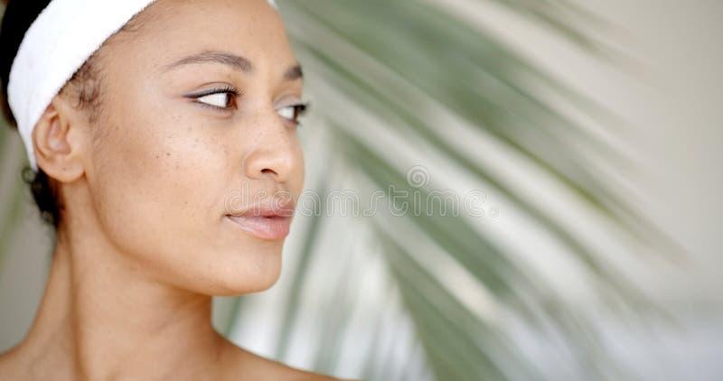 清洗一个少妇的面孔 库存照片