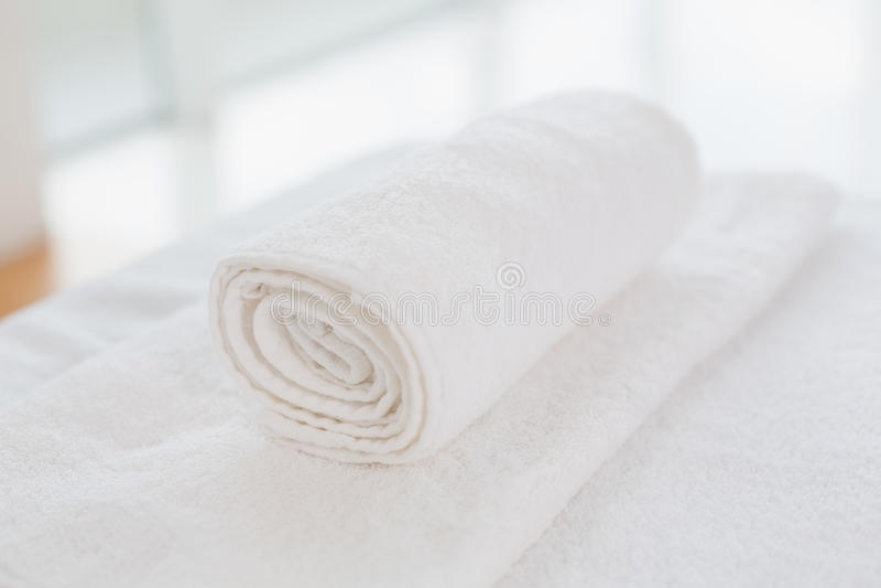 清洗滚动的白色毛巾 免版税库存照片