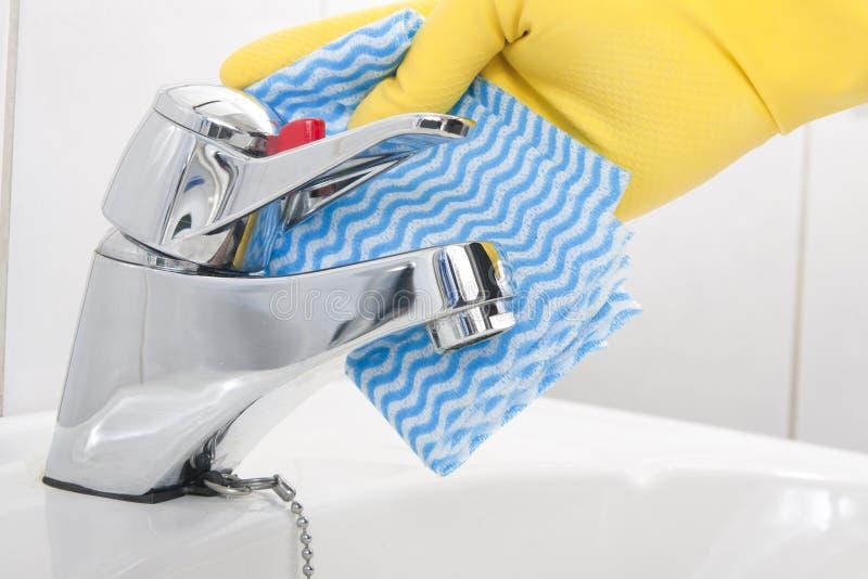 清洁卫生间轻拍 免版税库存照片