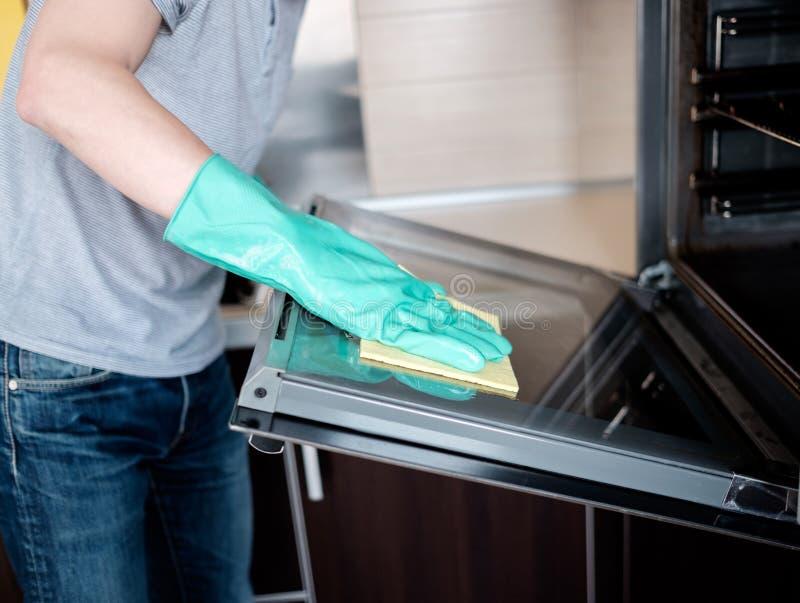 清洗厨房烤箱 免版税库存图片