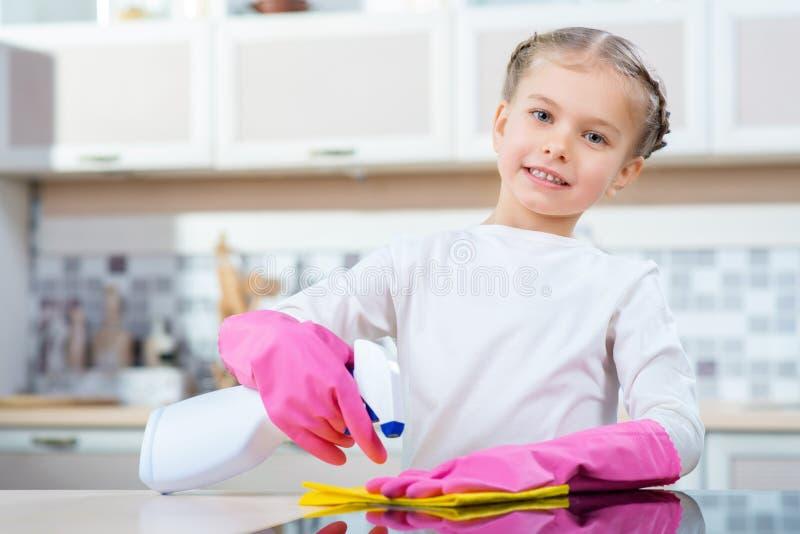 清洗厨房的小女孩 免版税库存照片