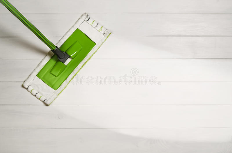 清洁地板有在白色木背景的拖把顶视图 库存图片