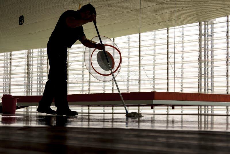 清洗地板的人 免版税图库摄影