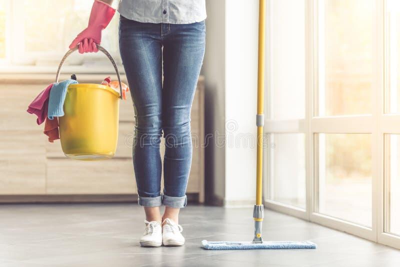 清洗她的房子的妇女 免版税库存图片