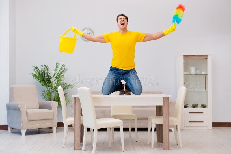 清洗房子的人丈夫帮助他的妻子 免版税库存照片