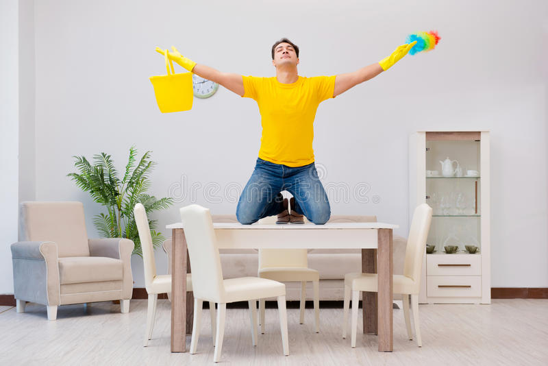 清洗房子的人丈夫帮助他的妻子 库存照片
