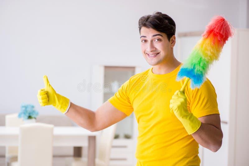 清洗房子的人丈夫帮助他的妻子 库存图片