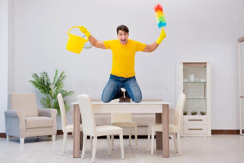 清洗房子的人丈夫帮助他的妻子 免版税图库摄影