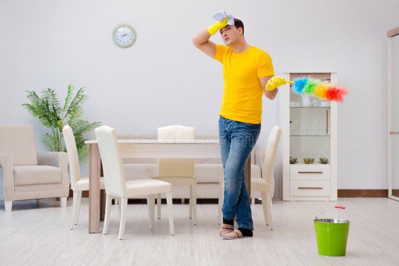 清洗房子的人丈夫帮助他的妻子 图库摄影