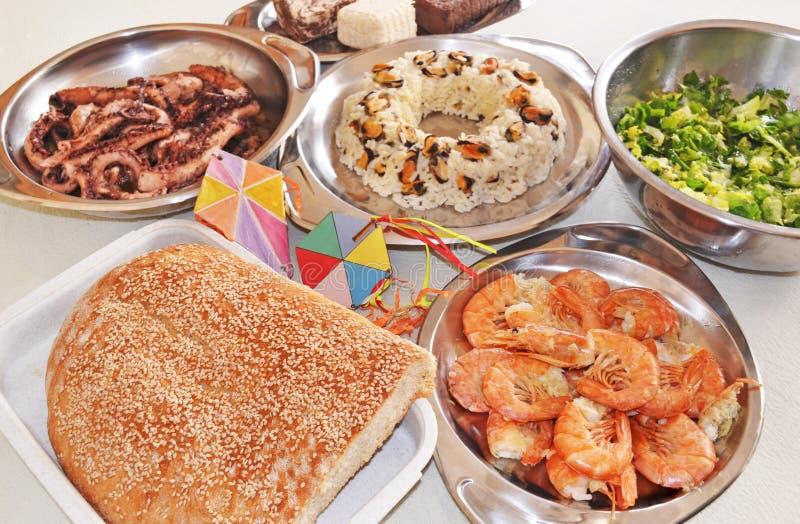 清洗星期一食物- lagana面包-海鲜-希腊halvah 免版税库存照片