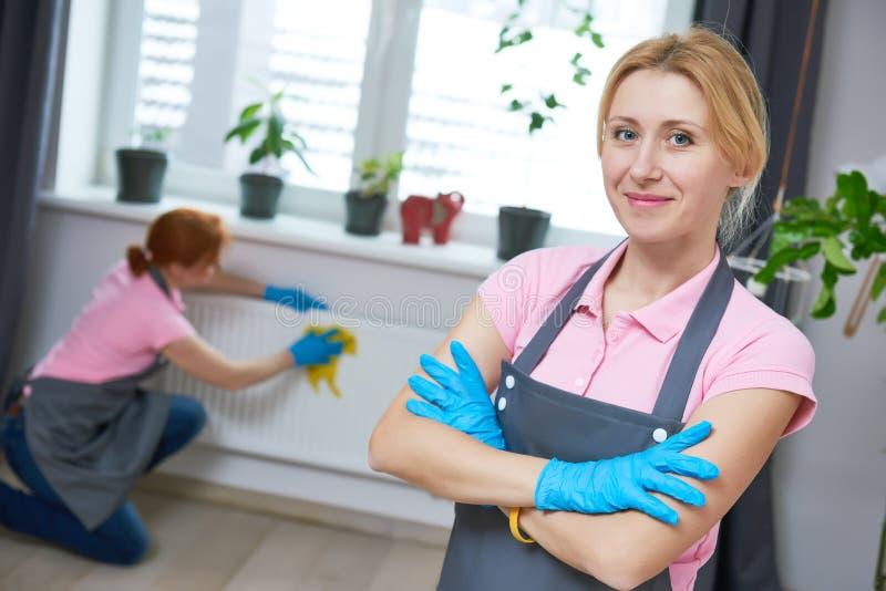 清洁服务 妇女擦净剂画象 免版税库存图片
