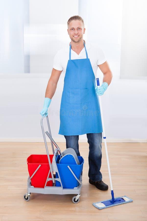 清洗木地板的管理员 免版税库存照片