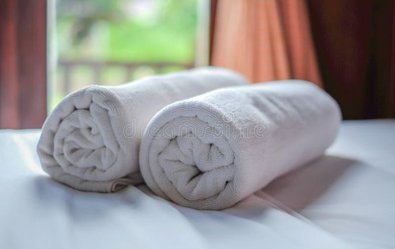 清洗白色毛巾卷 免版税库存照片