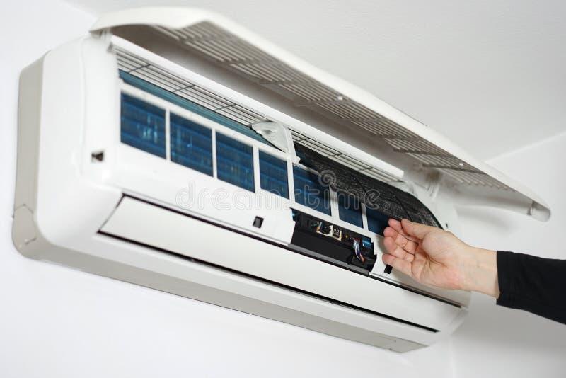 清洗的和维护的家庭空调 库存图片