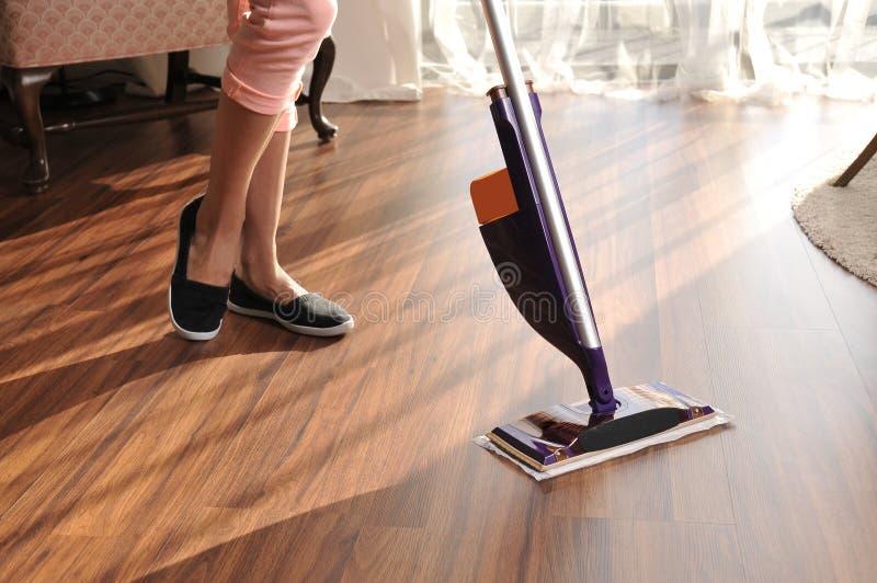 清洗的木地板现代拖把从尘土 免版税库存照片