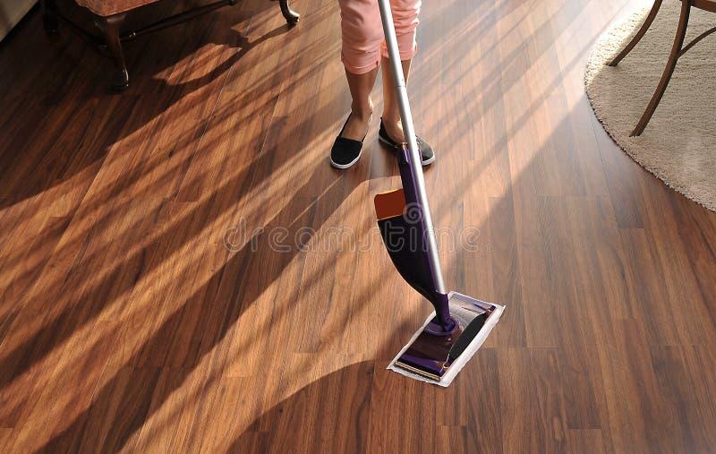 清洗的木地板现代拖把从尘土 免版税图库摄影