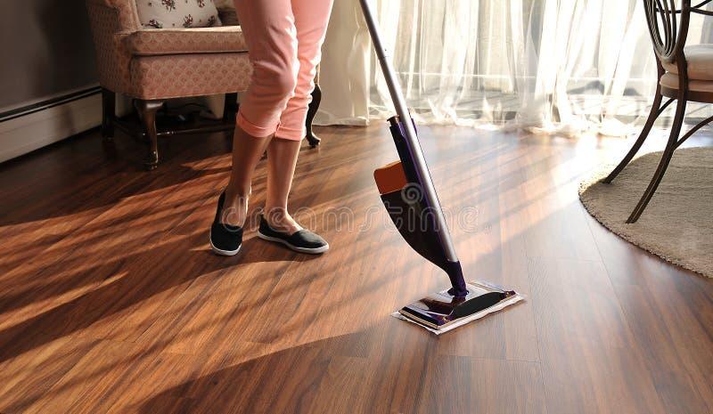 清洗的木地板现代拖把从尘土 库存图片