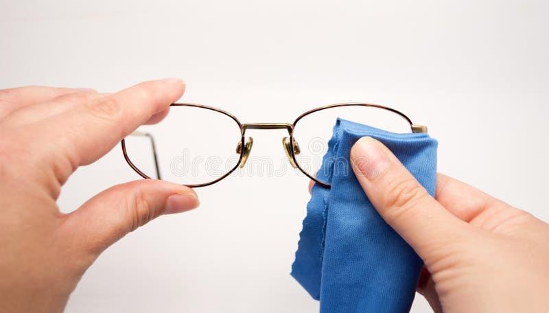 清洗他的玻璃的妇女 免版税库存照片