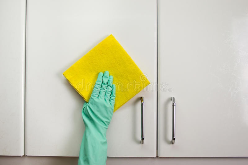 清洗碗柜 免版税库存照片
