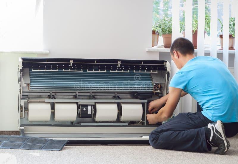 清洗空调器 库存图片