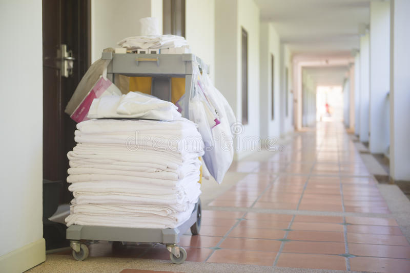 清洁管家工具推车在旅馆里 免版税库存照片
