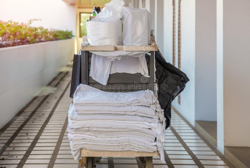 清洁管家或佣人工具推车在旅馆里 免版税图库摄影