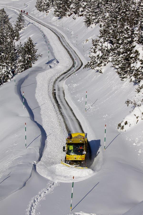 清洗路的除雪机 免版税库存照片