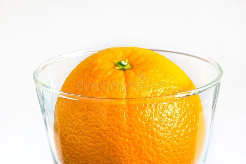 清洗食物并且喝可口刷新在玻璃,注入食物的桔子 库存图片