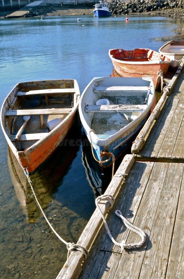 渔划艇被栓对船坞 图库摄影