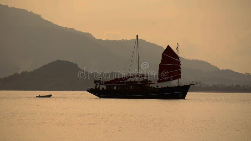 渔大篷车到海在晚上 库存照片
