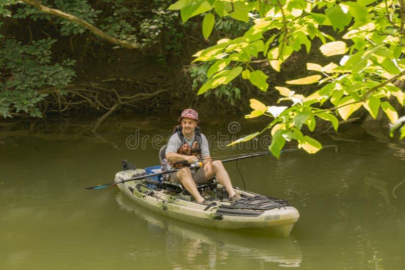 渔夫从皮船的渔铸件 免版税库存图片