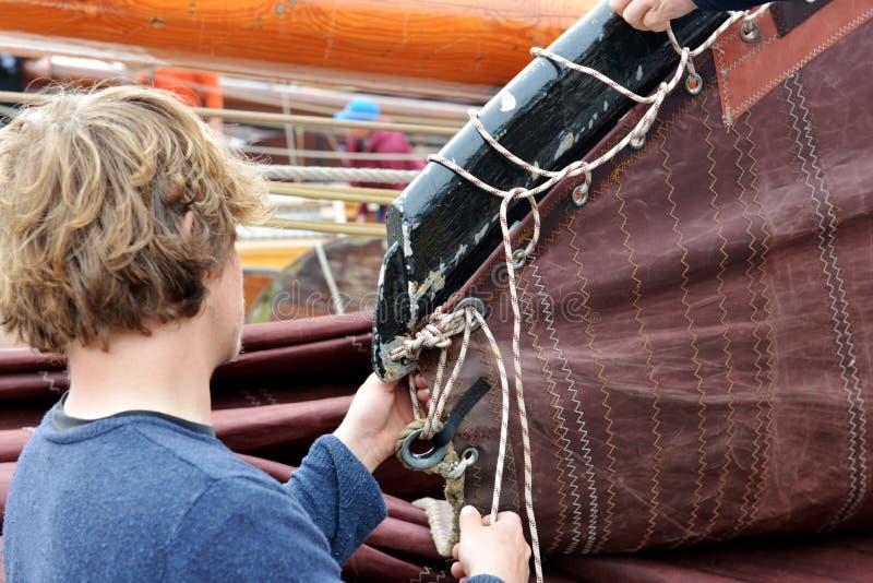 年轻渔夫使他的船准备好航行,福伦丹,荷兰 库存图片