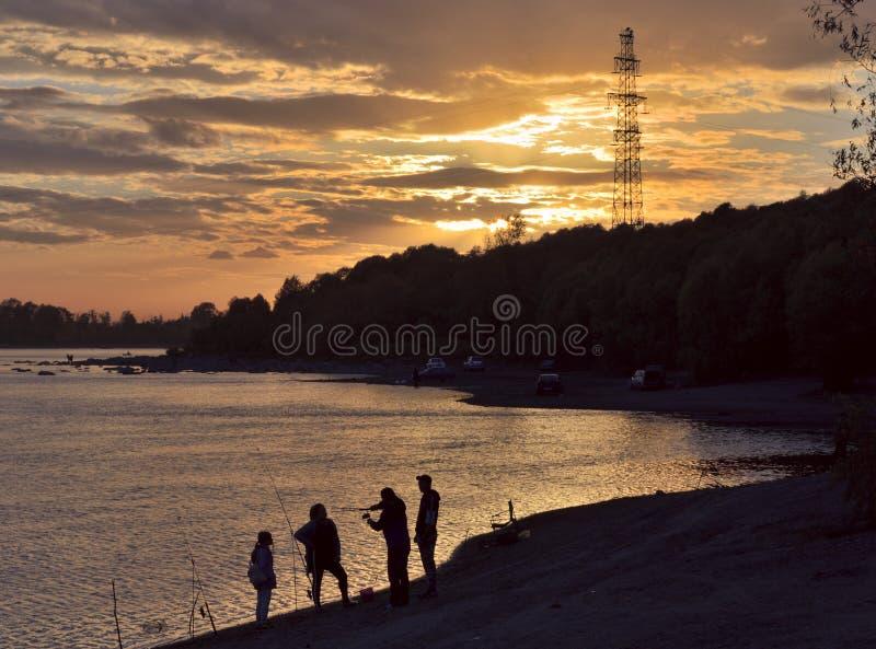 渔夫剪影平衡的日落 免版税库存图片