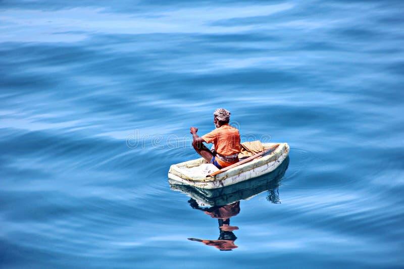 渔夫参与在被即兴创作的浮动木筏的渔在Tuticorin,印度港  免版税图库摄影