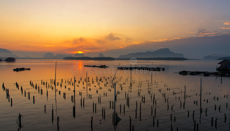 渔夫和木小船美好的日出风景视图在及早morming在Samchong tai渔村在Phang Nga, 库存图片