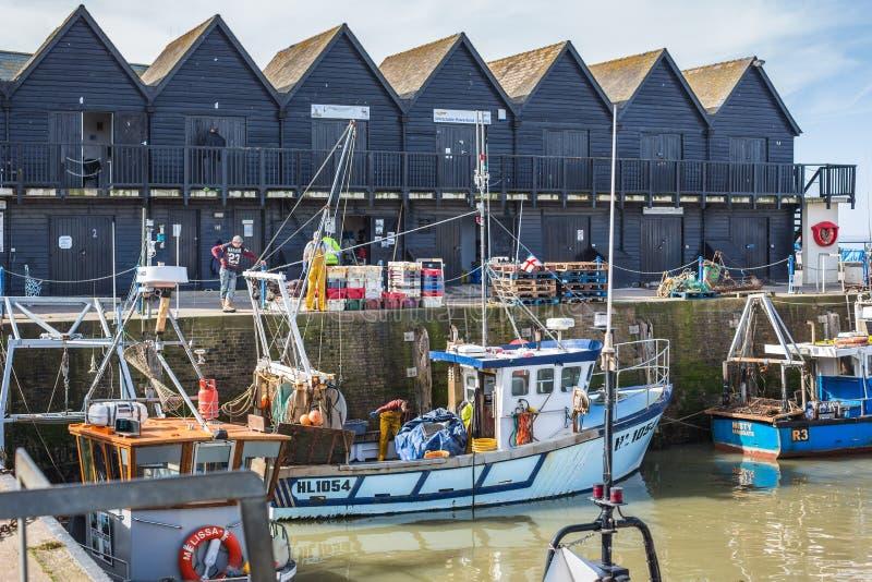 渔夫和渔船在Whitstable港口 免版税库存照片
