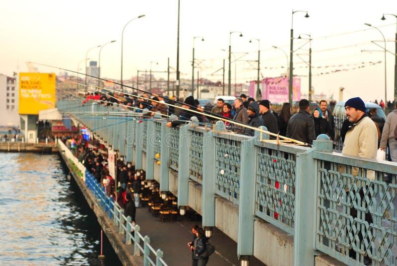渔夫和游人加拉塔大桥的,伊斯坦布尔,土耳其 图库摄影