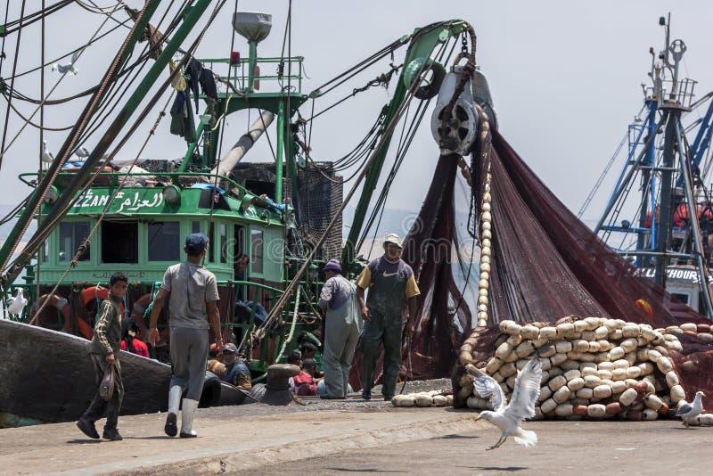 渔夫回来与他们的抓住到繁忙的港口在索维拉在摩洛哥 库存照片